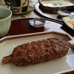 関戸峠の五平餅 - アウトドアテーブルと椅子が竹林のお庭に