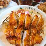 フタツメ - 料理写真:排骨タンメン   両脇にトレードした唐揚げや棒餃子が並ぶ    レンゲは、通常より大きめ