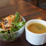 カブトスカフェ - サラダとスープがセットに