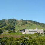 かもい岳温泉 - かもい岳全景、建物はホテル&スキー場ロッジ