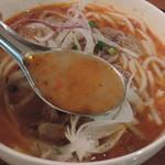 ベトナム食堂フォー・ホア - フエ式ピリ辛牛肉ブン麺のスープ