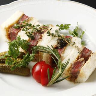 厳選和牛を使用した特製サンドイッチは、隠れた逸品