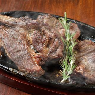 リッチなお肉をリーズナブルに◎赤身肉のステーキにうっとり…。