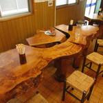 清水屋食堂 - 樹齢400年の木曽檜のテーブル