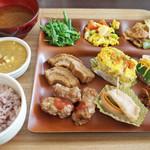 ベジ ハウス - 五穀米150円+おかず1260円。大豆肉唐揚げ、車麩の煮物、ハヤトウリの茎がうまい。