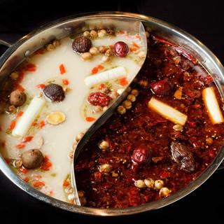 数十種類の漢方食材を配合した本格的な「薬膳火鍋」を堪能して。