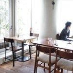Jiyugaoka BAKE SHOP - カフェスペースは明るくてとっても気持ちが良さそう♪