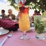 Hau Tree Lanai Restaurant - 左から、 Tropical Itch  12.00ドル、Virgin Mojito  7.00ドル