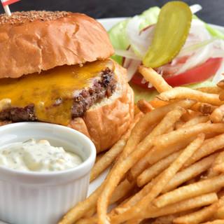 こだわり尽くしのハンバーガー&ポテトにハマること間違いなし♪