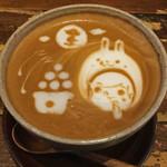 Usagitoboku - でもただのお月さまじゃないの。 よーく見て。スヌーピーのシルエットが~!! 嬉しくて何枚も写真を撮っちゃいました。 珈琲もケーキも美味しくて、うさぼくさんは最高~♪