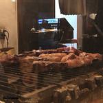 肉バルサンダー - 焼台の上には牛肉、豚肉、鶏肉、羊肉、鴨肉と所狭しと並べら