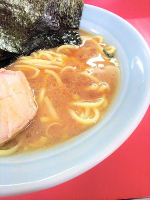 家系ラーメン 沼津家 - 醤油先行型のスープ。