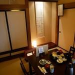 常盤館 - テーブルのある和室で