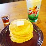 93434647 - 焼きたて自家製ホットケーキ・バター&メープル、メロンクリームソーダ