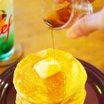 93434654 - 焼きたて自家製ホットケーキ・バター&メープル、メロンクリームソーダ