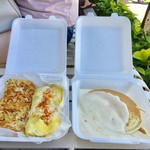 Boots & Kimo's Homestyle Kitchen - テイクアウト:左から、シュリンプアルフレッド Shrimp Alfredo Omelette($15.95)、特製マカダミアソースのパンケーキ Kimo's Famous Macadamia Nut Sauce on His Onolicious Pancakes」($11.99)