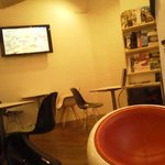 グディーズ - 窓際のソファ席から撮影