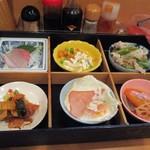 朝美食堂 - Bランチ680円のおかずはお弁当みたいな感じでカウンターに運ばれて来ました。