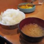 朝美食堂 - 御飯は山盛、お味噌汁は合わせみそのお味噌汁でした。