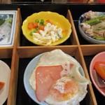 朝美食堂 - ハムエッグにマカロニサラダ。
