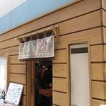 朝美食堂 - お店は西新商店街の蜂楽饅頭の北側の路地にあります。