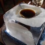 神戸にしむら珈琲店 - 氷の器のアイスコーヒー(最初は氷の表面が曇っている)