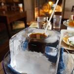 神戸にしむら珈琲店 - 氷の器のアイスコーヒー(ストローで飲む)
