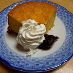 ヌマザキ - 家で生クリームとつぶ餡を添えて食べました。