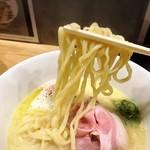 93446865 - 白トリュフオイル香る鶏白湯麺の麺リフト(平打ち麺)