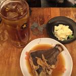 立飲みいこい - ウーロンハイ¥230、ポテサラ¥110、カレイの煮付け¥200。 激安だね!