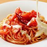 チーズソースたっぷり!フレッシュトマトのスパゲッティ