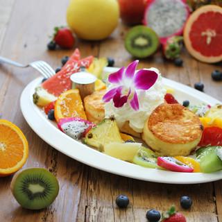 新鮮な果物や野菜をふんだんに使用したメニュー