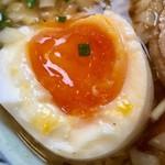 石臼玄麦自家製らーめん 丸竈 - 「自家製半熟塩卵」の半熟加減は最高ですが、ちょっと塩っぱかった……かな?