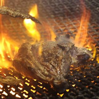 """炭の香りに食欲がそそられます…!""""宮崎地鶏""""のモモ焼きが美味"""