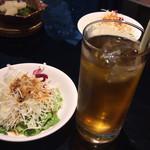 ビストロ 喜楽亭 - サラダとウーロン茶