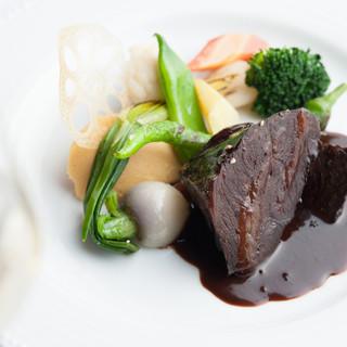 味や産地にこだわった厳選食材を使用。素材本来の美味しさを堪能
