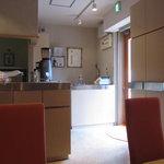 カフェ・キャトリエーム - 店内:テーブル席より入口側を撮影