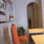 カフェ・キャトリエーム - 店内:テーブル席より奥を撮影。
