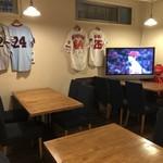 TEPPANYAKI PAL - 店の奥にはテーブル席があり、スポーツ観戦も可能