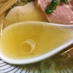 麺匠独眼流 - 塩ダレに貝類使用、動物系不使用淡麗煮干の塩味故、強いビター感