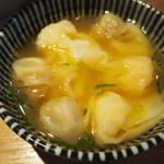 93486037 - スープに浸かった別皿ワンタン(豚・海老)