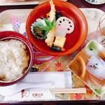 沙羅の木 - うずめ飯。定食スタイル。トレーは伝統工芸品の和紙をあしらったもので可愛い♡