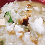 沙羅の木 - ご飯の下には、みつば、椎茸、にんじん、豆腐、のりが埋まっています。下から掘り起こして混ぜ混ぜ…✨