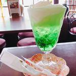 沙羅の木 - 季節限定のクリームソーダ。緑の透明感に心惹かれます✨