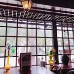 沙羅の木 - 店内から窓の外を眺める…。
