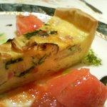 935447 - キッシュロレーヌ イタリアントマト 大葉のソース