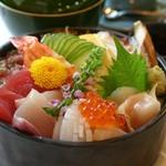 まるやま - 海鮮ちらし1600円赤だし付