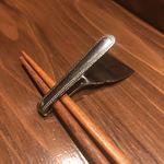 創作鉄板 粉者牛師 - この箸置って、もんじゃ焼きのヘラを折り畳んで作ってある