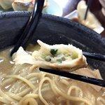 らーめん居酒屋 幸 - 皮はモチモチ感があって、中の具材もたっぷりで美味い餃子です。