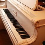 ルートヴィヒ・音楽の館 - 白いグランドピアノ。